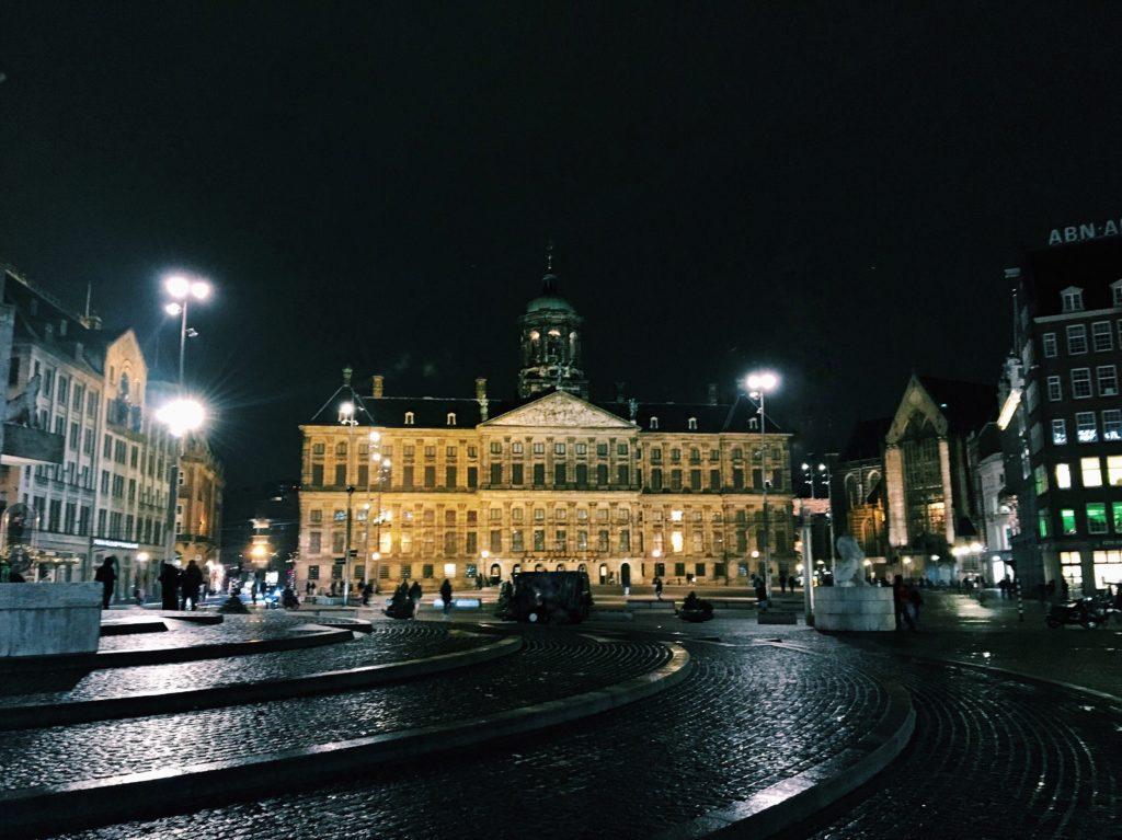 De Dam Amsterdam bei Nacht - Wochenende in Amsterdam