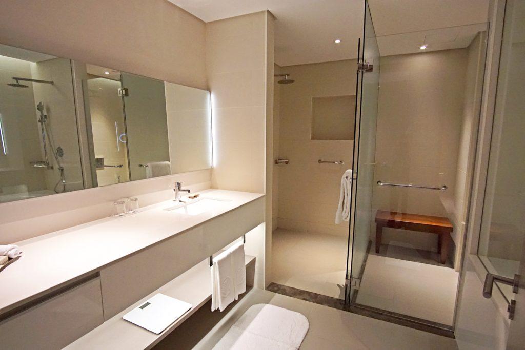 Sundus Rotana - Muscat Stopover Hotel - Premium Zimmer Badezimmer Bad