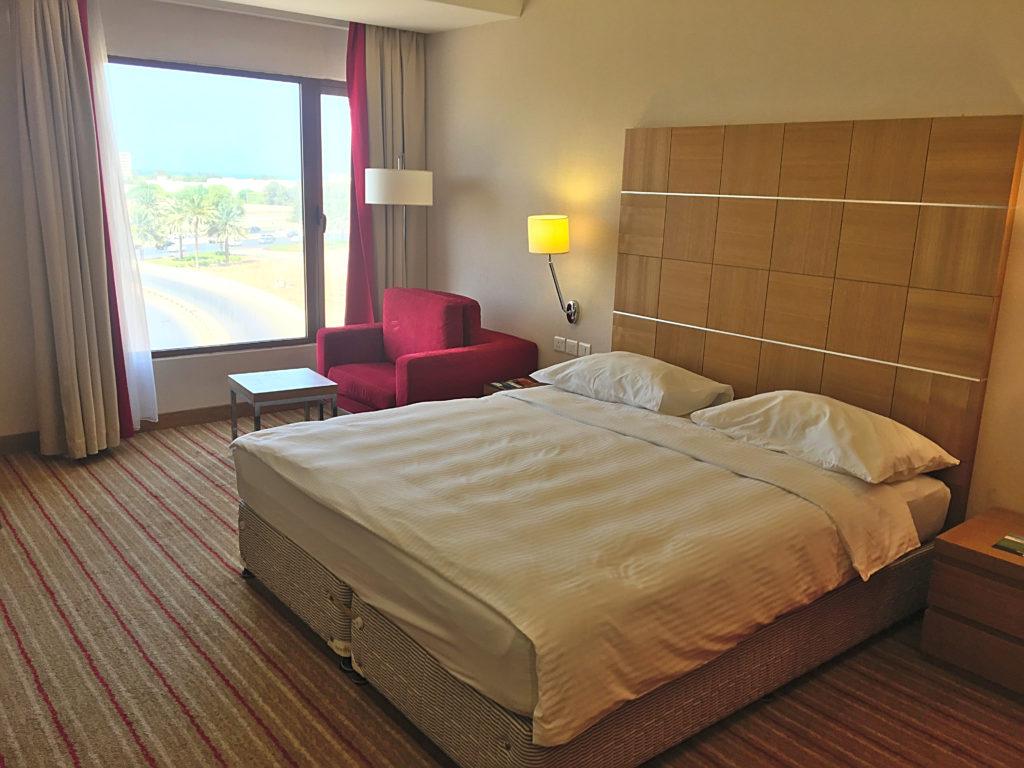 Park Inn by Radisson Muscat - Muscat Stadt Hotel - Standard Zimmer Ausblick Bett