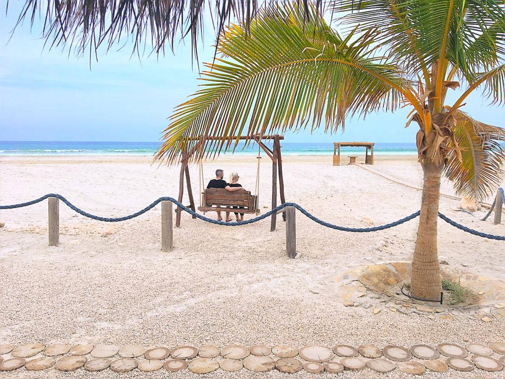 Souly Eco Lodge - Salalah Strandhotel - Außenbereich Strand Schaukel Palmen