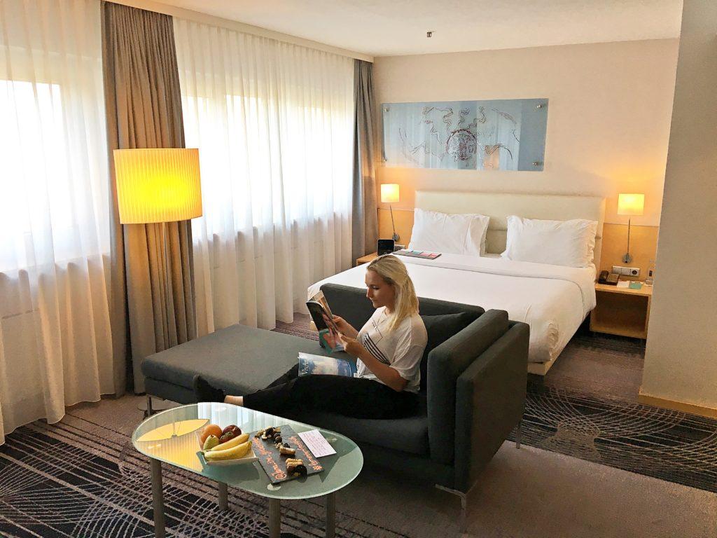 Le Méridien Frankfurt - Zentrales Hotel Frankfurt Trip - Zimmer modern renoviert Ausblick Mainhattan - Schlafzimmer Wohnbereich Büro
