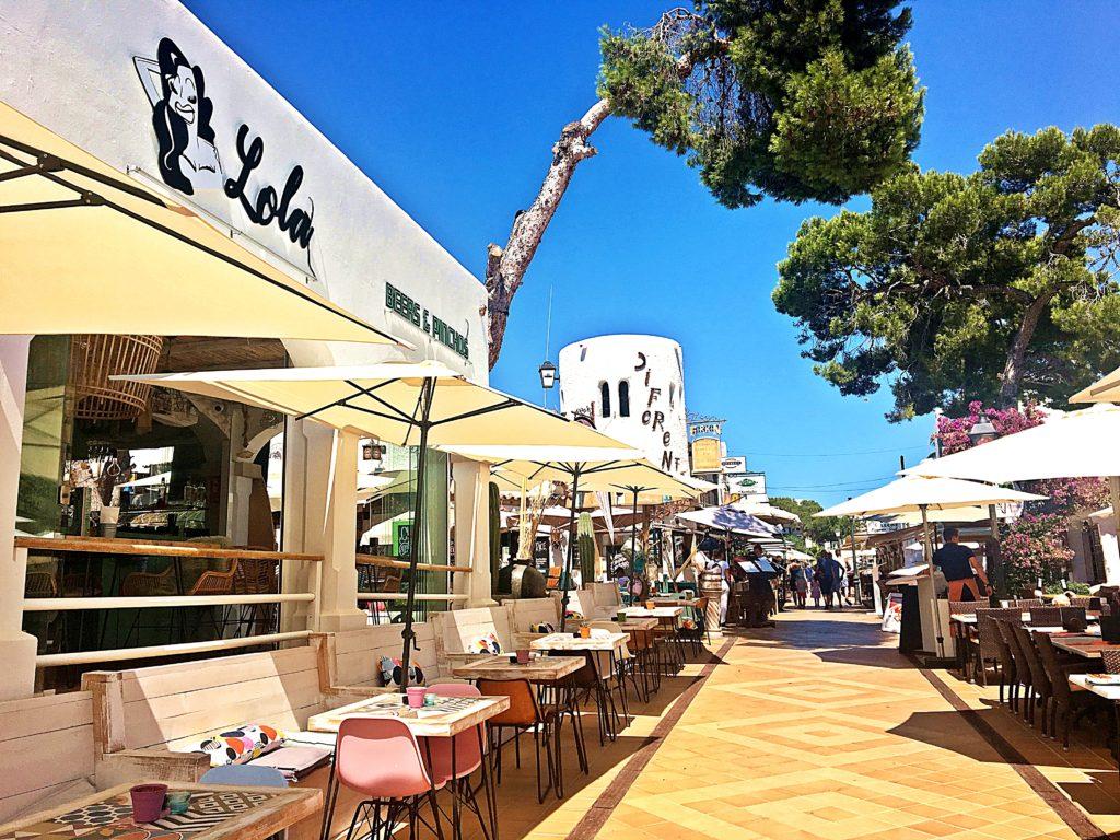Spanien - Kurztrip MallorcaTagesausflug mit Abwechslung - Cala D'or weiße Stadt Restaurant