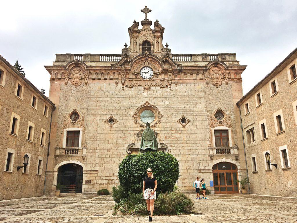 Spanien - Kurztrip MallorcaTagesausflug mit Abwechslung - Kloster Santuari de Lluc innenhof