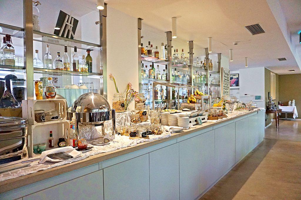 Design Hotel Indigo Düsseldorf - Hotel Düsseldorf Altstadt - Frühstück Buffet Restaurant Adress Bar & Kitchen Terrasse