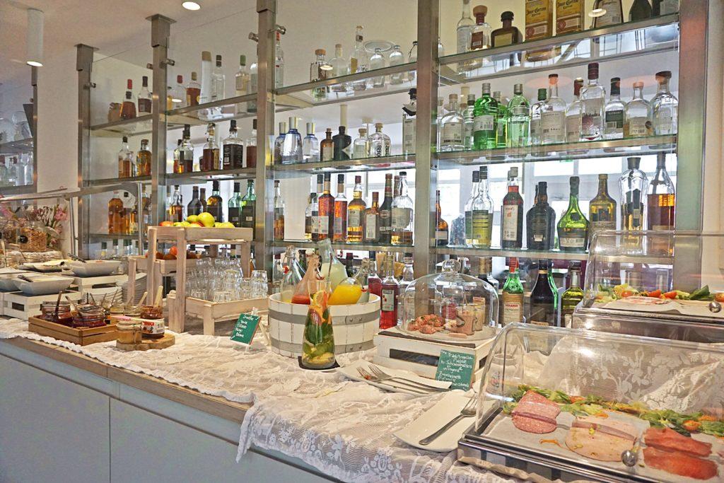 Design Hotel Indigo Düsseldorf - Hotel Düsseldorf Altstadt - Frühstück Buffet Restaurant Adress Bar & Kitchen