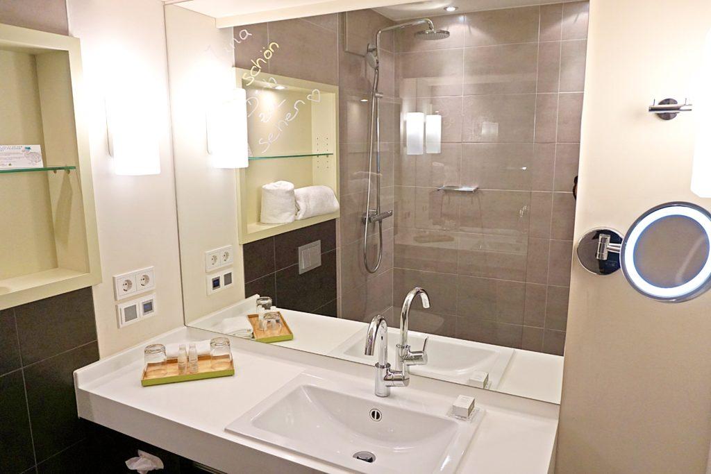 Design Hotel Indigo Düsseldorf - Hotel Düsseldorf Altstadt - Zimmer Schlafzimmer Badezimmer Bad